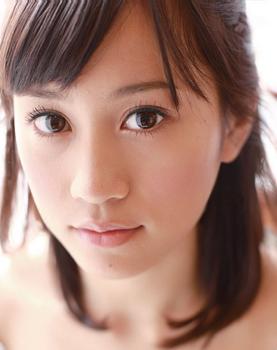 前田敦子の整形2011年カレンダー顔アップ画像.png